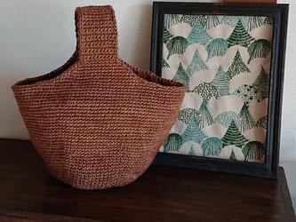 ミルク珈琲色の糸で編んだワンハンドルのバッグの画像