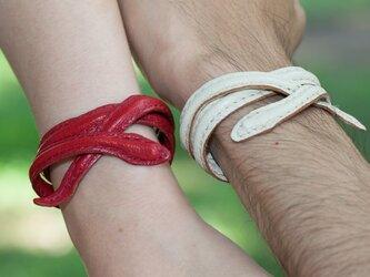 革の蛇ブレスレット/オブジェ (赤:レッド)の画像