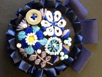 刺繍ブローチ(ネイビーリボン)の画像