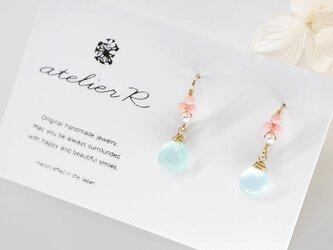 #786★極上カット シーブルーカルセドニーとピンクコーラルの装飾フックピアスの画像