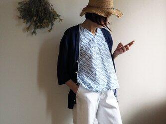 【受注制作】涼しい! 白地にブルー 亀甲にお花模様のVネックフレンチ袖トップス レギュラーシルエット-未仕立ての浴衣からの画像