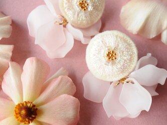 <lucy~イロドル惑星~>刺繍ピアス◎FlowerDance/フラワーダンス◎パウダーピンクの画像