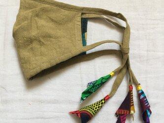オリーブ色のリネンマスク(アフリカンプリント)の画像