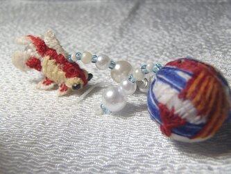 3D手刺繍金魚と手毬金魚のピアスの画像