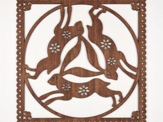ビッグウッドフレーム「三羽兎」(木の壁飾り)の画像