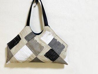 ペイント模様のユニークなかばんの画像