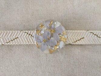 紫陽花を樹脂に閉じ込めた帯留め(ブルー)の画像