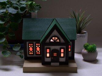 木とガラスの家のランプ(nh_01)F#家#ステンドグラス#木#室内#照明#ランプ#インテリアの画像