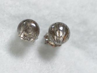(1点もの)ブラックトルマリンクオーツのスタッドピアス(6mm・チタンポスト)の画像