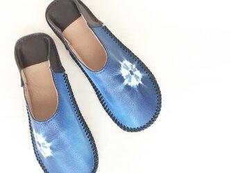 藍の絞り染めバブーシュ(革製)~かざぐるま(SIZE:M)の画像
