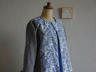 久留米絣とベルギーリネンの八分袖カーディガン 白地にブルーグレーのバラの画像