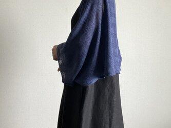 リネンニットのショール 紺色 模様編みの画像