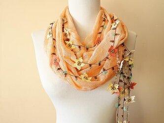 刺繍のお花つき オーガニックコットンスカーフのロングラリエット サーモンピンクの画像