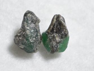 (1点もの)エメラルド原石のスタッドピアスの画像