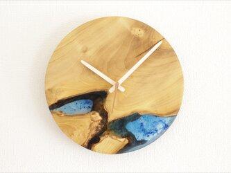 小さな世界が見えるかも? 直径30cm-01 木とレジンの掛け時計 River clockの画像