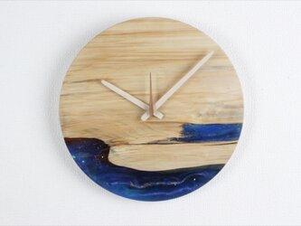 小さな世界が見えるかも? 直径30cm-10 木とレジンの掛け時計 River clockの画像