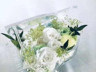 【プリザーブドフラワー/グランドピアノシリーズ】白い花の清らかさと淡く色づく花と小花を添えての画像