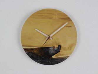 小さな世界が見えるかも? 直径30cm-12 木とレジンの掛け時計 River clockの画像