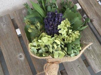 ラベンダーと紫陽花のブーケの画像