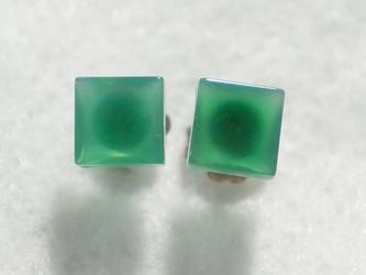 (1点もの)スクエアグリーンオニキスのスタッドピアス(6mm・チタンポスト)の画像