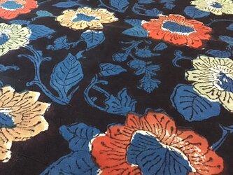 ブロックプリント コットン生地 block print flower on black 鉄 indigo 藍染 インディゴの画像