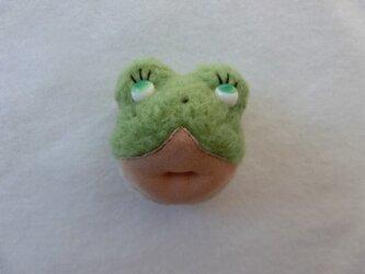 カエルのriel(ブローチ)の画像