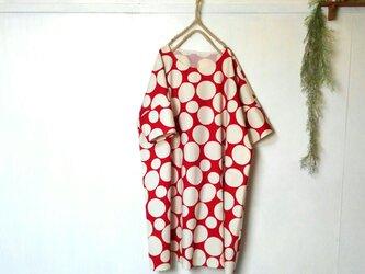 ゆったり着てね 赤白の水玉ワンピース ~ 膝丈ワンピース 五分袖ワンピース チュニックの画像