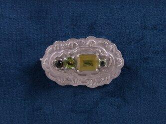 グリーンな宝石のステッチブローチの画像