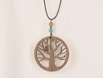 杜のフクロウのネックレス クルミの木のアクセサリーの画像