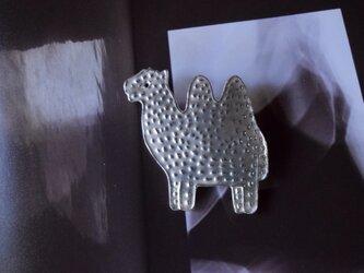 ブローチ(銀彩)ラクダ-1の画像