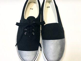 〜左右非対称の不思議な靴β〜 (黒 x 銀)の画像