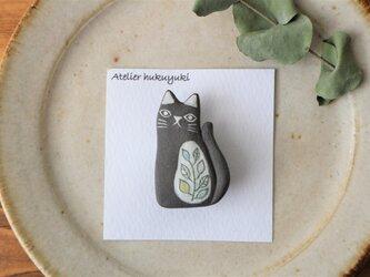 陶器で作った 黒ネコのブローチ ( 葉柄 )の画像