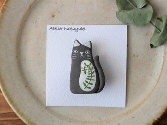 陶器で作った 黒ネコのブローチ ( つる草 )の画像