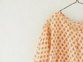 うすうすカディの木版更紗でゆったりブラウスの画像