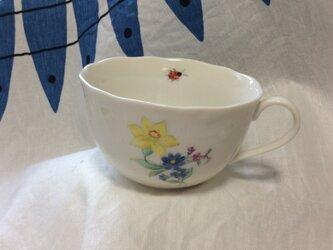 手描き〜スイセンの花束とテントウムシ、のティカップの画像