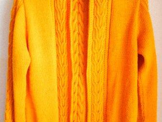 オレンジイエローの編み込みカーディガンの画像
