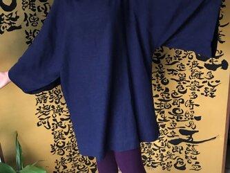 着物スリーブで様々な表情を楽しめるラウンドネックチュニック 紺の画像