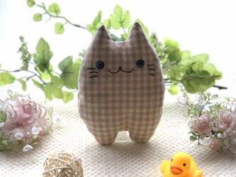 ベージュチェックの猫のぬいぐるみ「ふにゃ〜た」の画像