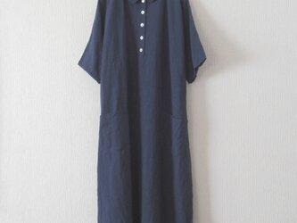 リネンの襟付き夏ワンピース 濃紺の画像