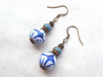 ピアス 藍色と白の花柄陶器ビーズ イヤリング交換可の画像