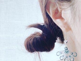 縫い針で編むレースのピアス、ブルーグレー色 (水晶)の画像