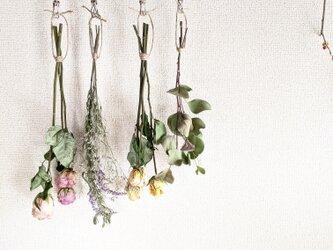 自家栽培のユーカリ&ラベンダーとレトロ風バラの素朴ナチュラルなドライフラワースワッグ☆ハンガー付きの画像