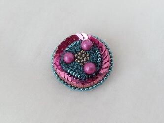blue&pink 糸とビーズのブローチの画像