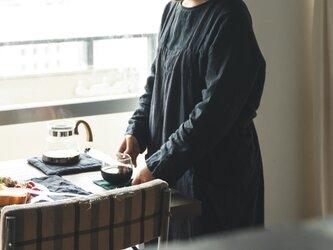 teint TE-004S [日本製品染め]リネン プルオーバーエプロンロング(ストライププラムグレー)の画像