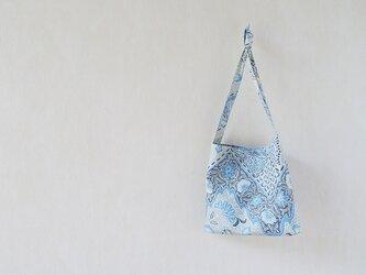 アイスブルーの花のバッグの画像