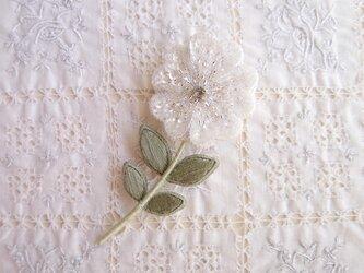 一輪の白い お花のブローチ Dの画像