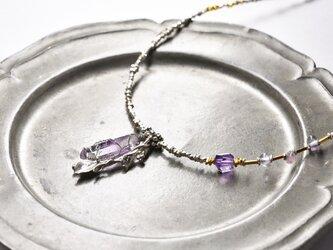 アメジストとボタニカルシルバー、煌めくカレンシルバーの華奢なネックレスの画像