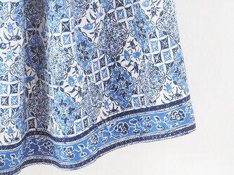 手描きバティックの風に揺れるロングスカートの画像