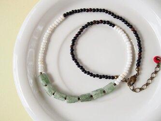 送料無料 グリーンカイヤナイトとハウライトのネックレスの画像
