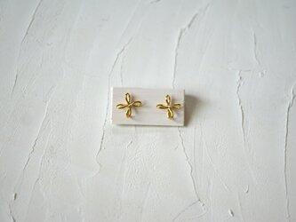 花結びピアス  brassの画像